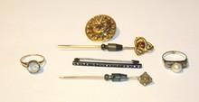 Lot comprenant une broche en or jaune, une bague ornée d'une perle , une bague ornée d'une pierre blanche, une broche barette en ragent ornée de strass et 2 épingles à cravate en or