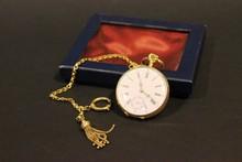 Montre de gousset en or jaune , cadran émaillé blanc, chiffres romains , dos gravé, P:65g
