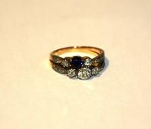 Bague en or jaune avec cinq diamants dont un plus important ,saphyr et brillants   P : 4,4 g