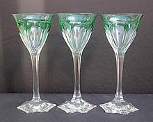 Ensemble de 8 verres sur pied en cristal taille de couleur verte