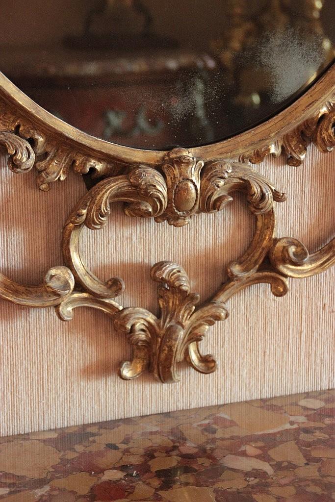 Grand miroir ovale en bois sculpte et dore a decor ajoure de for Grand miroir dore