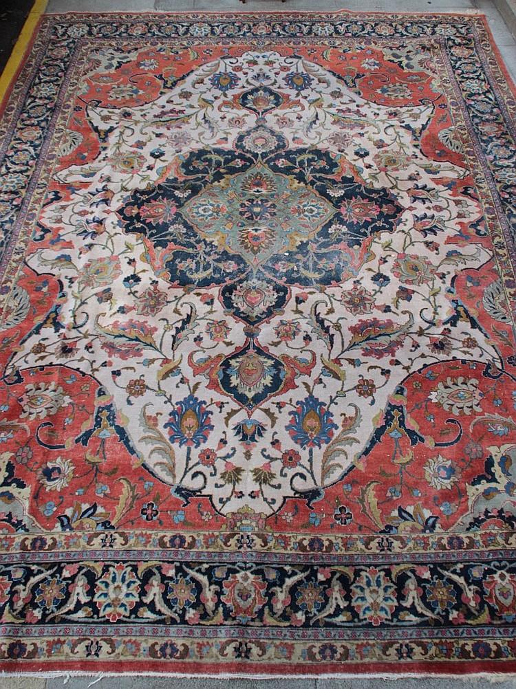 grand tapis oriental en laine rouge bleu et beige decor kas. Black Bedroom Furniture Sets. Home Design Ideas