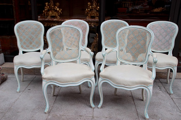 ensemble de huit chaises et deux fauteuils en bois moulure l