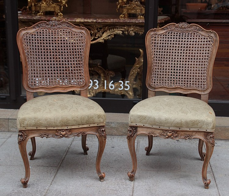 Paire de chaises en bois naturel moulure et sculpte pieds g for Chaise bistrot cannee bois