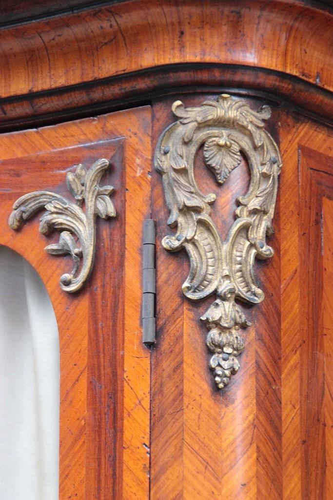 Armoire en bois de placage ouvrant par deux portes vitrees e for Armoire deux portes