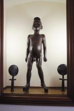 AFRIQUE  Grande sculpture en bois figurant un homme debout.