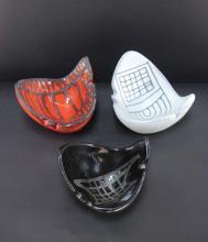 Roger CAPRON (1922-2006)  Ensemble de trois cendriers en ceramique a decor incise de couleur blanc, noir et orange .