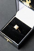 Bague en or jaune ornée d'une perle. P : 3 g