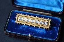 Broche barette en or jaune ornée de 7 brillants et décor de graineti sur le pourtour, fin 19e siècle, dans son écrin