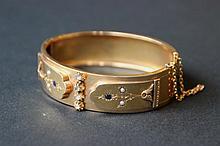 Large bracelet rigide en or jaune à motif de fleurs ornées de perles , saphirs et brillants
