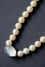 Collier en perles blanches, monture en or blanc serti d'une orthose (pierre de lune)