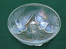LALIQUE STYLE OPALESCENT GLASS BOWL DEPICTING DOVE