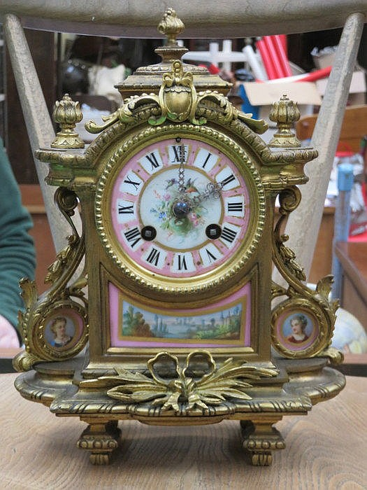HIGHLY DECORATIVE GILT METAL FRENCH STYLE MANTEL CLOCK WITH HANDPAINTED AND