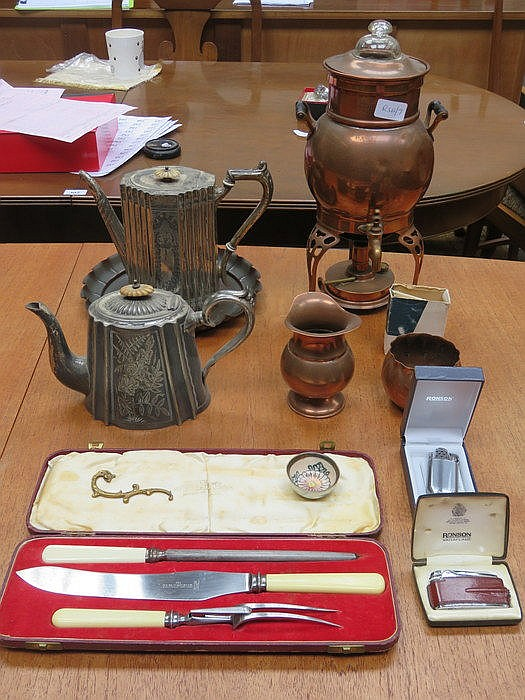 SUNDRY LOT INCLUDING COPPER PERCOLATOR (AT FAULT), PLATEDWARE, CASED CARVIN