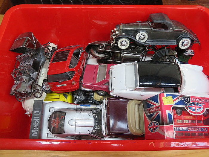 BOX CONTAINING VARIOUS DIECAST MODEL VEHICLES