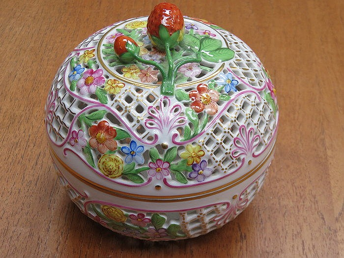 HEREND HANDPAINTED AND GILDED PIERCEWORK DECORATED POT POURRI POT WITH COVE