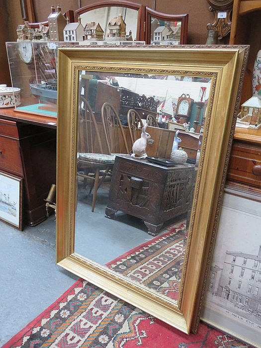 LARGE GILT FRAMED WALL MIRROR, APPROXIMATELY 90cm x 59cm