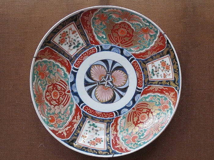 HANDPAINTED AND GILDED IMARI STYLE CIRCULAR CHARGER, DIAMETER APPROXIMATELY