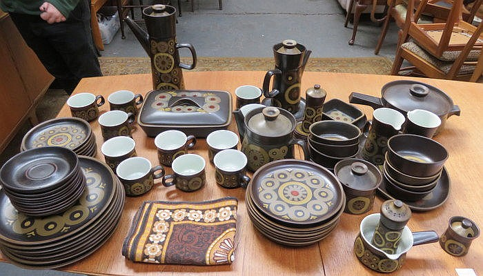 LARGE QUANTITY OF DENBY 1970s STYLE DINNERWARE
