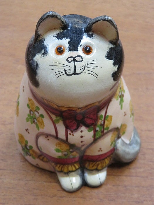 RYE STUDIO ART POTTERY SEATED CAT BY JOAN DEE BETHEL, APPROXIMATELY 13cm HI