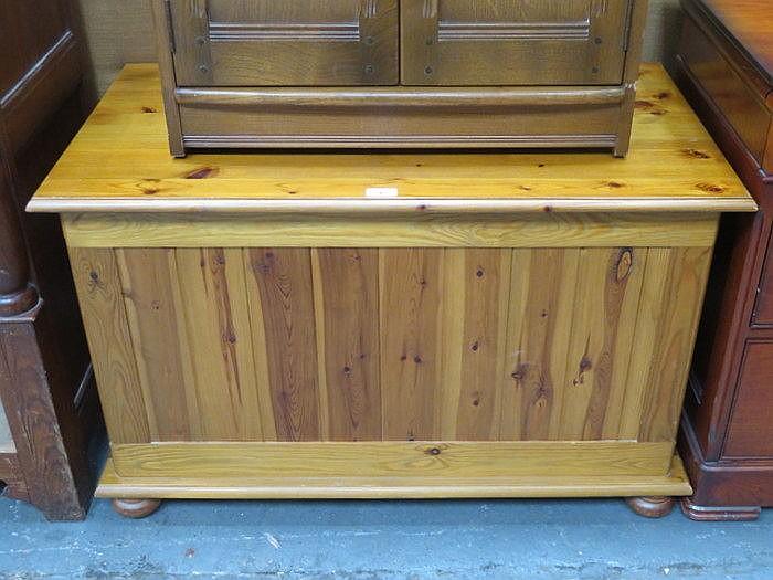 MODERN PINE BLANKET BOX