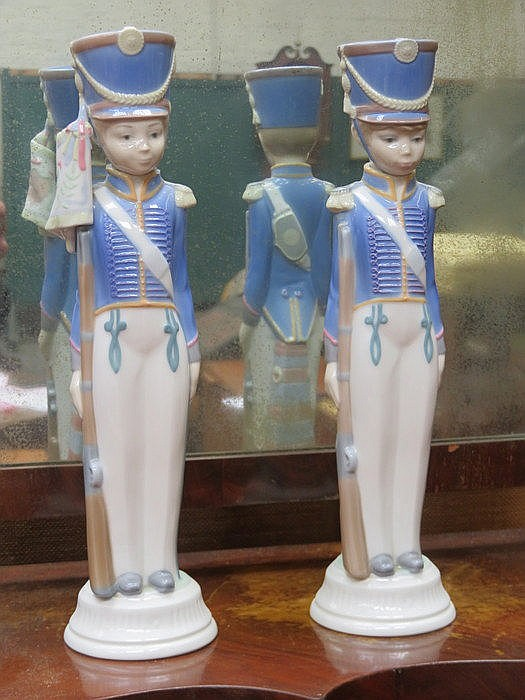 PAIR OF LLADRO GLAZED CERAMIC SOLDIERS, APPROXIMATELY 29cm HIGH (AT FAULT)