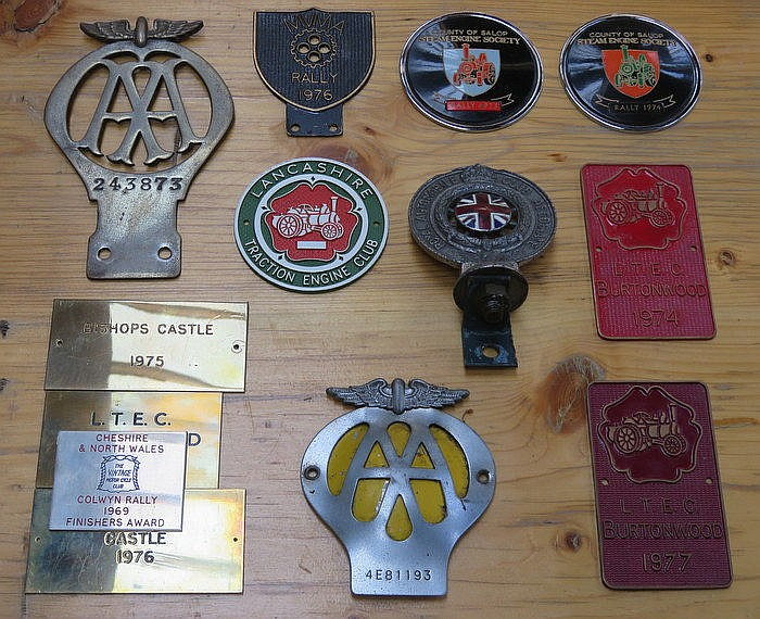 MIXED LOT OF AUTOMOBILE AND STEAM ENGINE RELATED BADGES