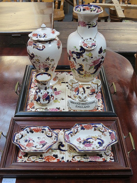 MIXED LOT OF MASONS IRONSTONE INCLUDING SERVING TRAYS, DISHES AND VASES, ET