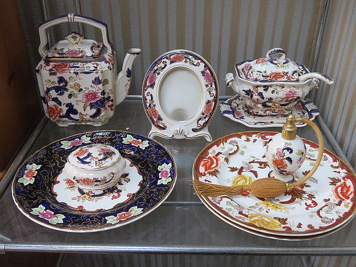 MIXED LOT OF MASONS IRONSTONE INCLUDING PLATES, PHOTO FRAMED, TUREEN AND P