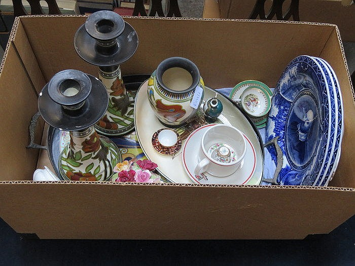 MIXED LOT OF CERAMICS INCLUDING BLUE AND WHITE PLATES, DOULTON BOWL, HARRI