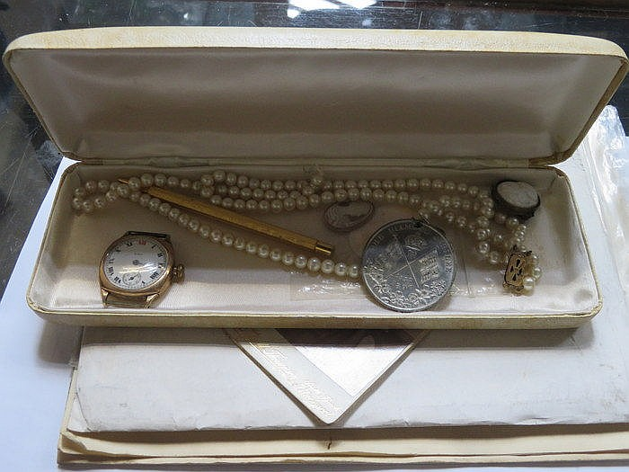 9ct GOLD ELGIN WATCH (NO STRAP) AND PEARL TYPE NECKLACE, CAMEOS, ETC.