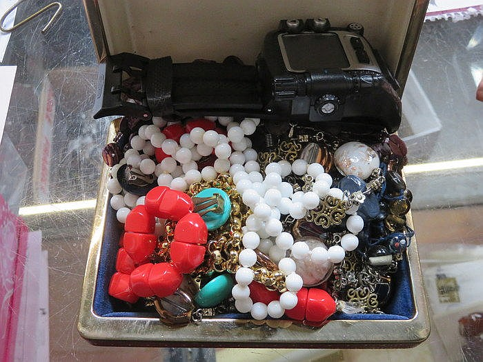 MIXED LOT OF COSTUME JEWELLERY AND WRISTWATCH