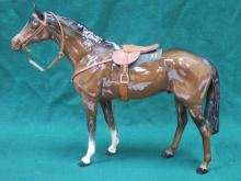 BESWICK GLAZED CERAMIC LARGE RACEHORSE COMPLETE WITH HARNESS NO 1564 BY ARTHUR GREDINGTON 28.5 cm