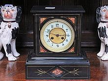 DECORATIVE BLACK SLATE AND MARBLE EFFECT MANTEL CLOCK WITH ENAMELLED DIAL
