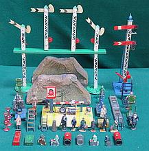 HORNY O GAUGE BOX OF VARIOUS ACCESSORIES AND FIGURES