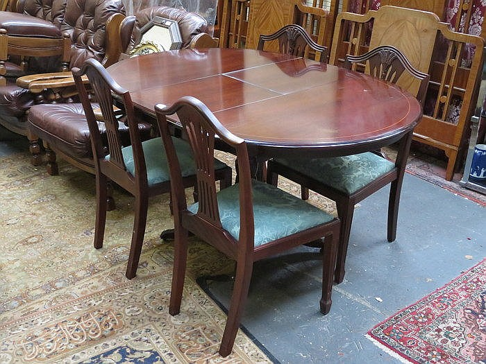 REPRODUCTION MAHOGANY EXTENDING DINING TABLE AND FOUR CHAIRS
