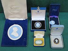 SMALL PARCEL OF BOXED WEDGWOOD JASPERWARE INCLUDING PLAQUE, BROOCHES, PENDANT, ETC.