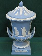 WEDGWOOD JASPERWARE TWO HANDLED URN WITH COVER, APPROXIMATELY 31cm HIGH