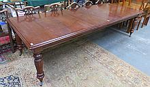 VICTORIAN MAHOGANY EXTENDING DINING TABLE WITH TWO LEAVES