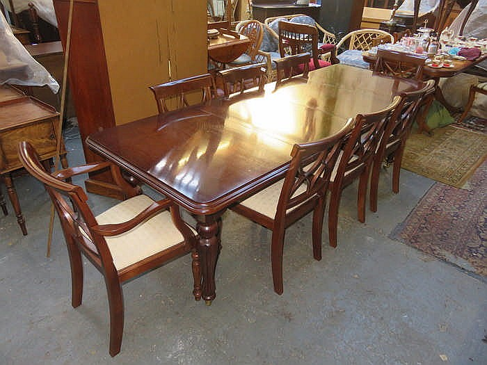 REPRODUCTION MAHOGANY EXTENDING DINING TABLE WITH TWO LEAVES