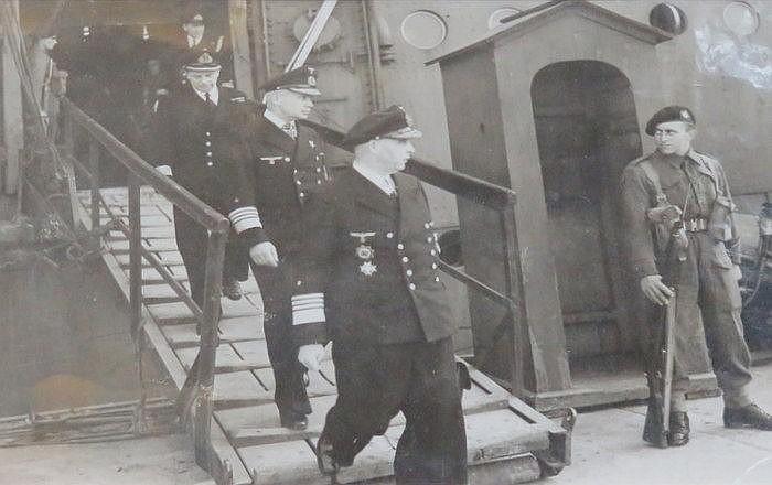 WORLD WAR II PHOTO DEPICTING GERMAN NAVY ADMIRALS, WITH RELATING NEWSPAPER