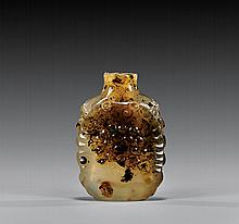CHALCEDONY AGATE SNUFF BOTTLE: Crab