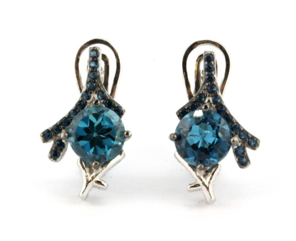 A pair of 925 silver earrings set with London blue topaz, L. 1.6cm.