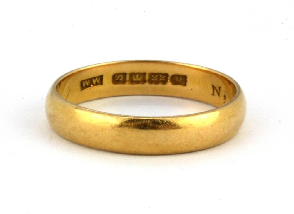 A 22ct yellow gold wedding band, (L).