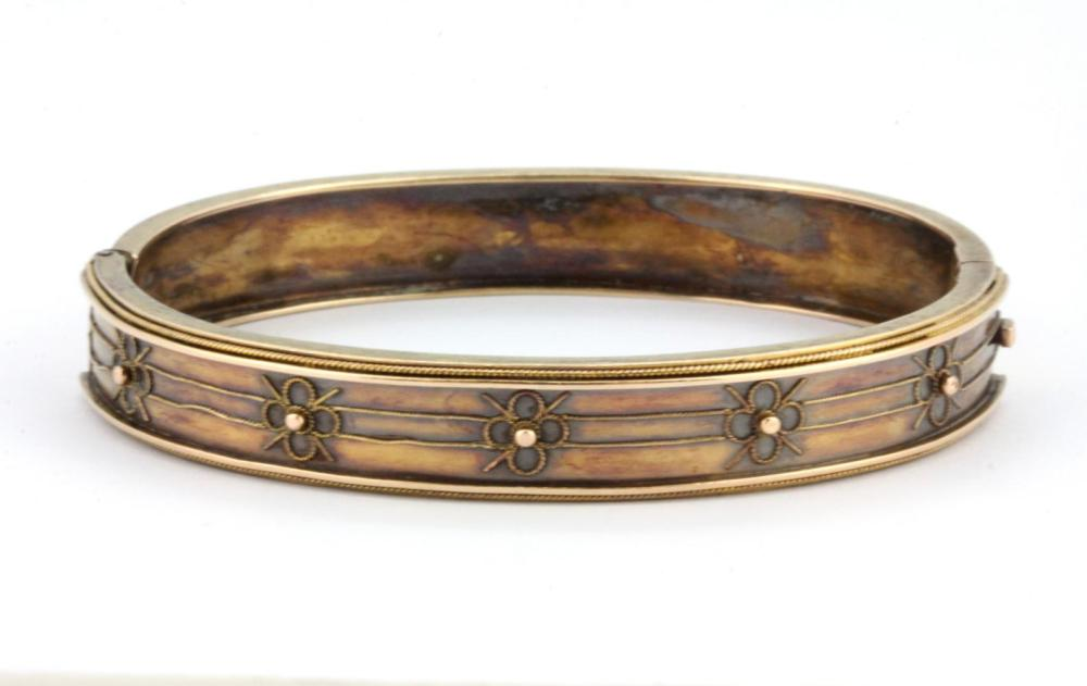 A yellow metal (tested 15ct gold) bangle, L. 6cm.