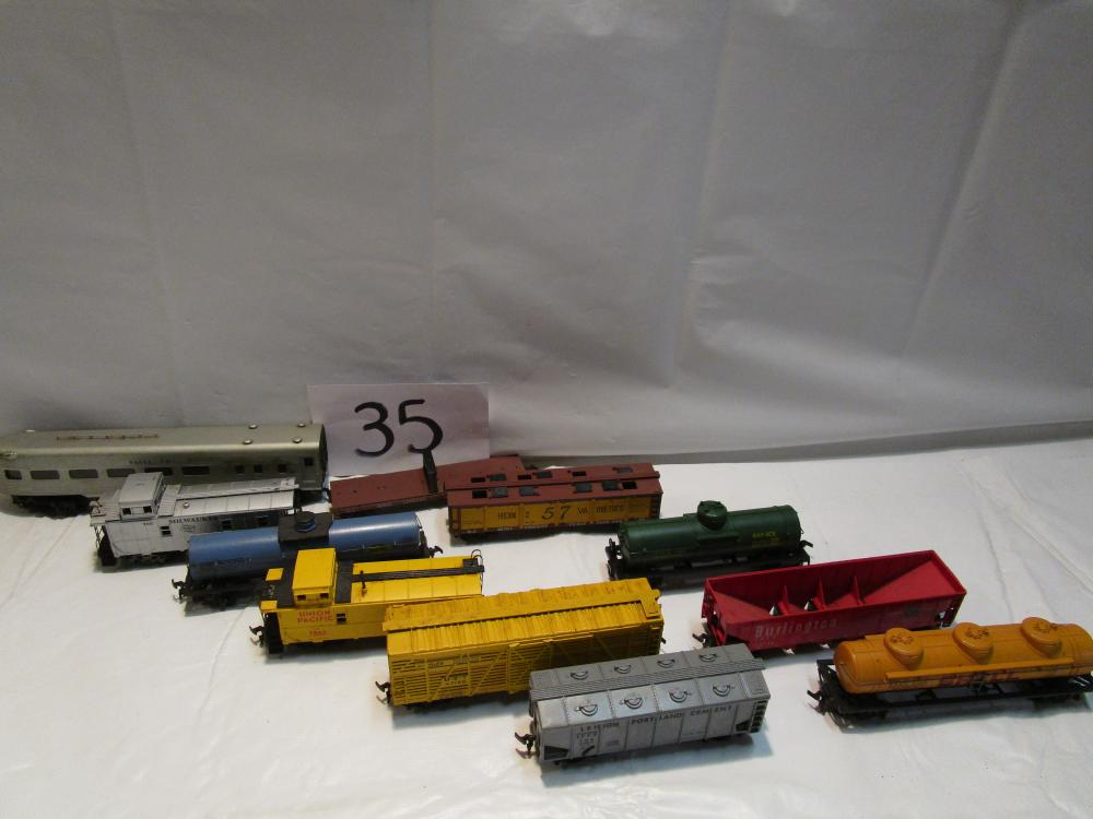Lot 2 of Vintage HO Scale Train Cars