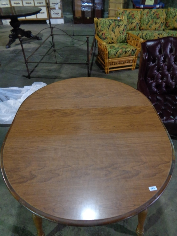 Oval / Round Table With Leafs