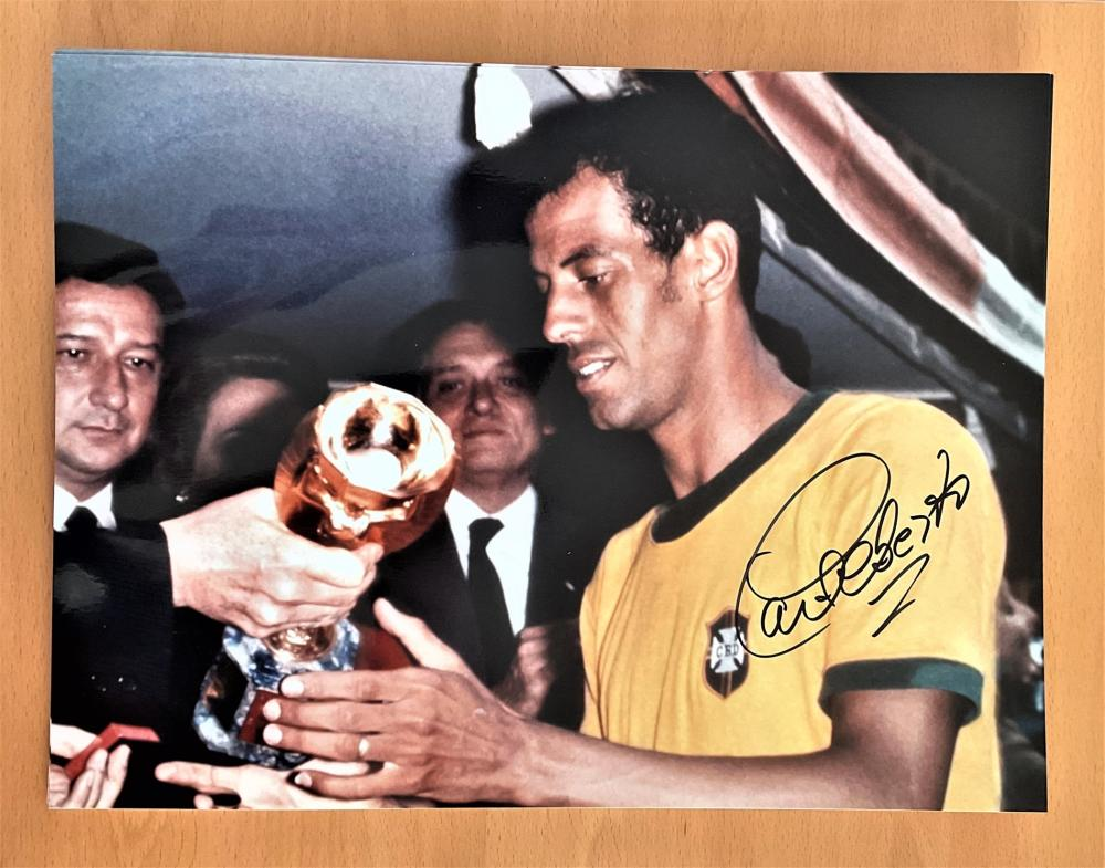 Football, Carlos Alberto Torres signed 16x12 inch colour photograph pictured as he receives the 1970