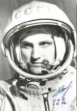 Boris Volynov Soyuz 5, 21 Russian Cosmonaut signed 10 x 8 b/w white space suit photo. Good