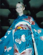 Twiggy signed 10 x 8 colour photo. Wonderful photo